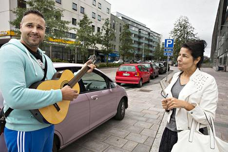 Veera Haajala (oik.) muuttaa pois Espoon Leppävaarasta, koska ei saa sieltä autopaikkaa. Mio Suominen toi äidilleen kitaran ja viritti sen kadulla.
