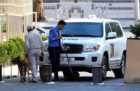 YK:n alaisen kemiallisten aseiden tutkimusryhmän auto tarkastettiin Damaskoksessa lauantaina.