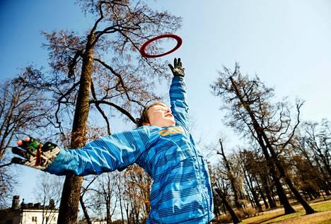 """""""Nyt meinaan olla paljon ulkona"""", kertoi Kaapo Karjalainen, 11, joka heitteli frisbeetä isänsä Markus Karjalaisen kanssa mukavassa kevätsäässä Helsingin Kaivopuistossa. He olivat juuri hakeneet varastosta polkupyöränsä ja avanneet pyöräilykauden. Seuraavaksi he aikoivat suunnata menopeleillään pienelle lenkille merenrannan tuntumaan. Mukana repussa kulki myös jalkapallo yhteisiä pallottelutuokioita varten."""