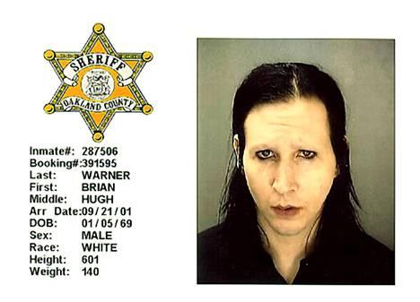 Marilyn Manson joutui syytteeseen konserttinsa järjestysmiehen seksuaalisesta häirinnästä Detroitissa 2001. Poliisin pidätyskuva.