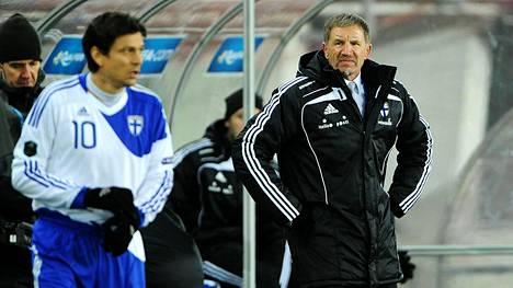 Huuhkajien entinen luotsi Stuart Baxter valmensi maajoukkueessa muun muassa Jari Litmasta. Nykyään Baxter valmentaa Etelä-Afrikan maajoukkuetta.