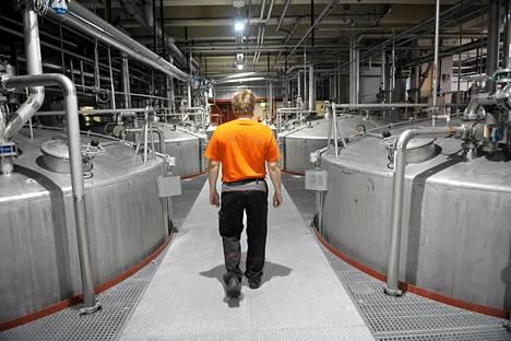 Mäskäys- ja käymissäiliöitä Altia Oyj:n tehtaalla.