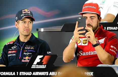 Sebastian Vettel (vas.) korvaa Fernando Alonson Ferrarilla.