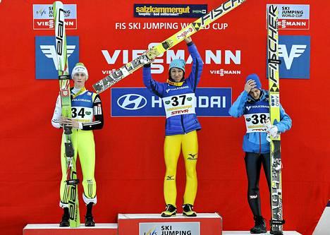 Noriaki Kasai (keskellä) juhli voittoa Kulmin lentomäessä lauantaina. Peter Prevc (vas.) oli toinen ja Gregor Schlierenzauer kolmas.