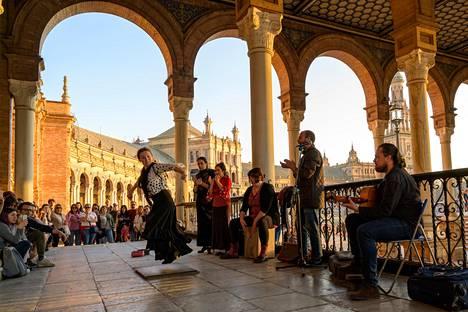 Caterina Rodriguez ihastuttaa tanssillaan Plaza de Españan torilla.