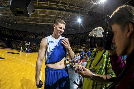 Erik Murphy koripallomaajoukkueen harjoituksissa.