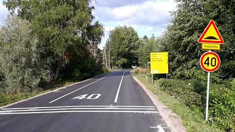 Hattulassa sijaitseva Sattulantie muutettiin kylätieksi vuonna 2018. Kylätieksi muuttaminen lisäsi jalankulkijoiden ja kävelijöiden turvallisuudentunnetta tieosuudella.