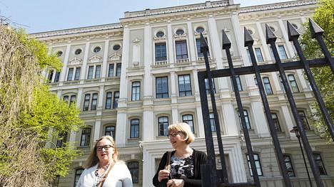 Hoitotyön lehtorit Ulla Nylander (vas.) ja Helena Väänänen lähtevät ruokatunnille päärakennuksesta naapuriin Hietalahden halliin.
