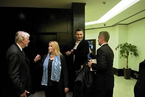 Erkki Tuomioja (sd), Suomen Kiovan-suurlähettiläs Arja Makkonen ja Ukraien oppositiojohtaja Vitali Klytško.