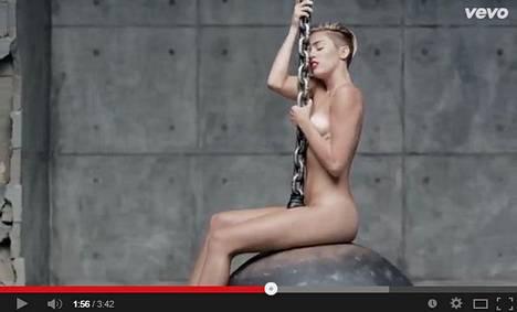 Miley Cyrus esiintyy alasti Wrecking Ball -videollaan. Kuvakaappaus Youtubesta.
