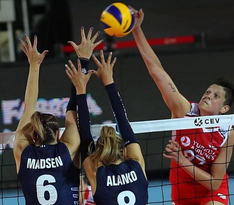 Suomi voitti yhden ottelun lentopallon EM-kisoissa. Kuva on Turkki-ottelusta, jonka Suomi hävisi 2–3.