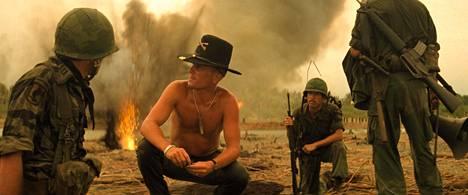 Robert Duvall (kesk.) on elokuvan upseeri, jolle polttavan napalmin tuoksu tuo mieleen voiton.