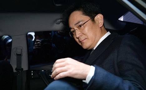 Samsungin johtaja Jay Y. Lee matkalla tuomioistuimeen Etelä-Korean pääkaupungissa Soulissa torstaina. Tuomioistuin hyväksyi hänen pidättämisensä, toisin kuin viime kerralla.