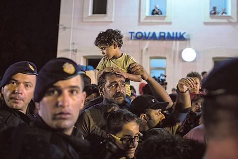 Lauantai, Kroatia. Tovarnikin asemalla odottaneet pakolaiset huomasivat, etteivät he mitenkään mahdu päivän viimeiseen kohti Sloveniaa lähtevään junaan.