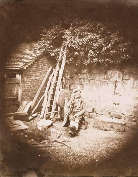Talbot kuvasi miehen kainalosauvansa kanssa. Kuva ei välttämättä kuulu kaupattujen kuvien joukkoon.
