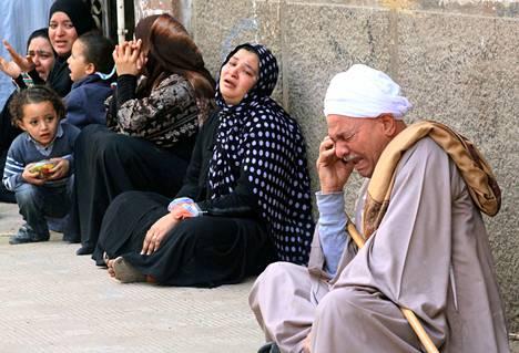 Syytettyjen omaiset itkivät Minyan oikeustalon ulkopuolella maanantaina kuultuaan tuomioista.