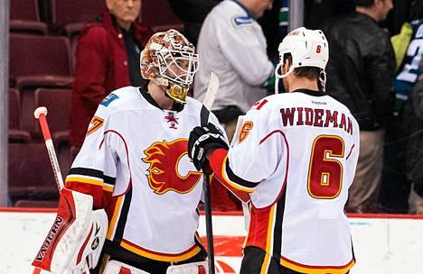 Flamesin Dennis Wideman onnittelee maalivahti Joni Ortiota hyvästä ottelusta.