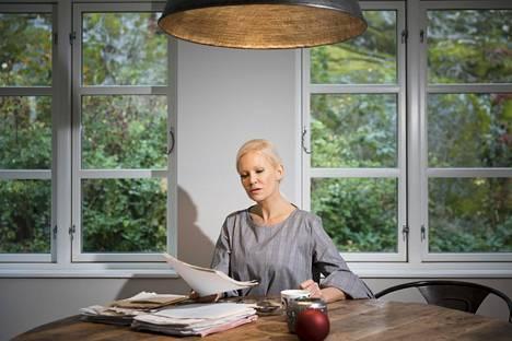Linda Lampenius kotonaan Tukholman Brommassa lokakuussa 2017.