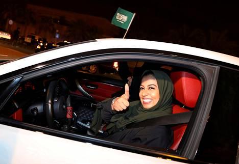 Saudinainen ajoi autoa kesäkuussa al-Khobarissa. Naiset saivat Saudi-Arabiassa ajo-oikeuden viime vuonna.
