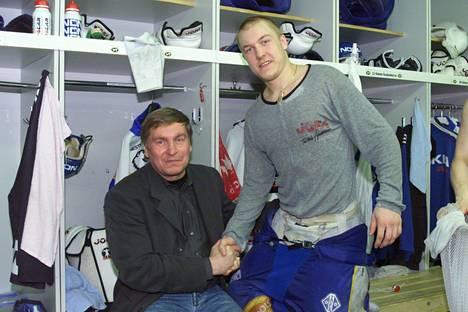 Oulun Kärpät nousi takaisin liigaan keväällä 2000. Matti Hagman onnitteli poikaansa Niklasta.