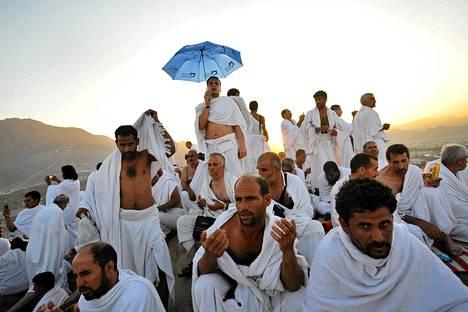 Muslimipyhiinvaeltajat kokoontuivat Arafat-vuorelle lauantaina.
