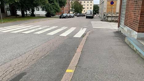 Keltainen viiva reunakiveyksessä osoittaa sallitun etäisyyden pysäköinnille Nilsiänkadulla.
