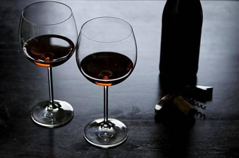 Viinitestissä arvioitiin tällä kertaa Alkon vakiovalikoiman noin 15 euron pinot noir -viinejä.