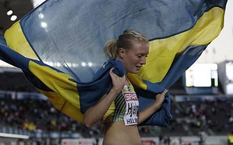 Moa Hjelmer juhli Helsingin EM-kisoissa 2012 400 metrin kultamitalia.