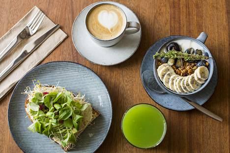 Tannerin iso aamiaissetti: avokadoleipä, jugurttigranola ja vihermehu. Settiin kuuluu myös puuro. Erikoiskahvi maksaa erikseen.