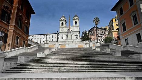 Rooman Espanjalaiset portaat olivat torstaina tyhjät karanteenimääräysten vuoksi. Italia kuuluu niihin kohteisiin, joiden kohdalla koronaviruksen takia perumastaan pakettimatkasta on pääsääntöisesti saanut rahat takaisin.