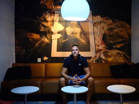 Ravintolapäällikkö Mikko Ikonen suhtautuu rajoitusten purkuun iloisin ja odottavin tunnelmin. Hän kertoi jo ikävöineensä vakioasiakkaitaan.