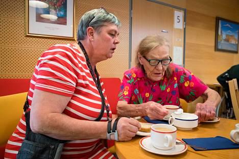 Lähihoitaja Tea Pöysti (vas.) joi keskiviikkona Elvi Kolehmaisen seurana kahvia Roihuvuoren monipuolisessa palvelukeskuksessa Helsingissä.  Hyvän vanhushoivan toteuttaminen vaatii henkilökuntaa, Pöysti sanoo.