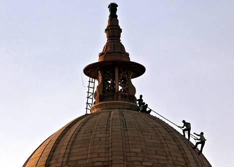 Työntekijöitä Intian valtiovarainministeriön kupolikatolla Intian pääkaupungissa Delhissä tiistaina.