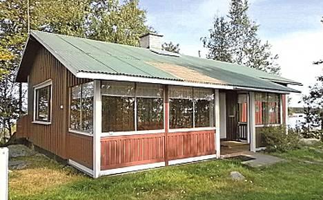 """Merikarvia, noin 300 kilometrin päässä Helsingistä. Oma saari, 85 neliön mökki """"tyydyttävässä"""" kunnossa. Aurinkopaneeli, aggregaattisähkö ja kaasu. Vesi tuodaan mantereelta."""
