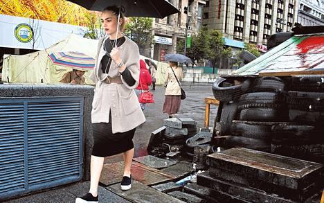 """Maria Tomilenko kiersi autonrengaskasan päästäkseen alikulkutunneliin Kiovan Itsenäisyydenaukiolla torstaina. """"Pelkään Venäjän reaktiota"""", hän kommentoi EU-sopimusta."""