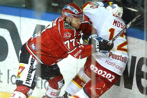 HIFK:n Martti Järventie taklasi Jokerien Steve Mosesia lauantaiun liigaottelussa.