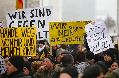 Tapaus Lisa on tunnetuin esimerkki siitä, miten Venäjä on yrittänyt vaikuttaa poliittisiin mielialoihin Saksassa. Venäläismedian valheellinen uutisointi sai tammikuussa tuhannet saksanvenäläiset osoittamaan mieltään saksanvenäläisen tytön puolesta, vaikka tämän turvapaikanhakijamiehiin kohdistama raiskaussyytös osoittautui valheeksi.