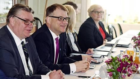 Ulkoministeri Timo Soini (vas), pääministeri Juha Sipilä sekä kunta- ja uudistusministeri Anu Vehviläinen hallituksen puoliväliriihessä Kesärannassa.
