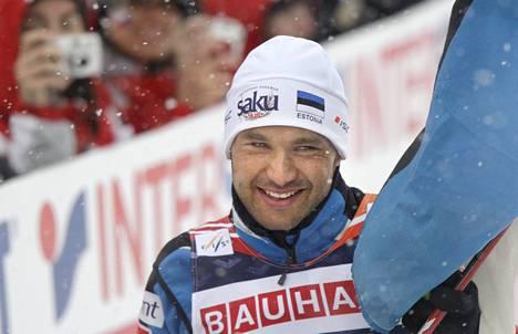 Kuvassa 15 kilometrin perinteisen hiihtotavan MM-kultaa Liberecissä 2009 juhliva Andrus Veerpalu on toimintakiellossa maaliskuuhun 2023 saakka.