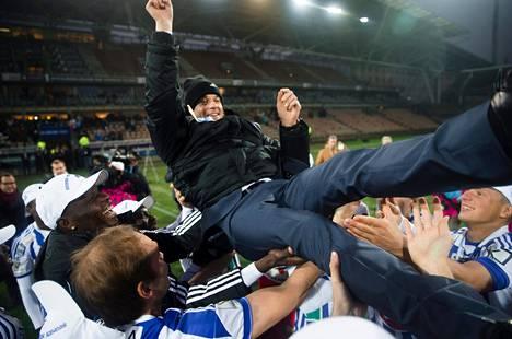 Markus Heikkinen (etualalla) pääsi ensimmäisten joukossa heittämään valmentaja Mika Lehkosuota ilmaan.
