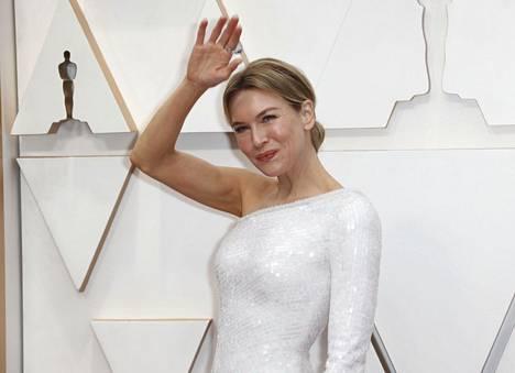 Pääosasta elokuvassa Judy palkittu näyttelijä Renée Zellweger tervehti kuvaajia ennen juhlan alkua.