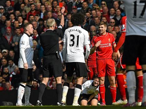 Martin Atkinsson näytti Steven Gerrardille (oik) punaista korttia. Wayne Rooney (vas.) ja Marouane Fellaini seuraavat vierestä.