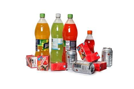 Virvoitusjuomat ja hedelmämehut sisältävät melko runsaasti hedelmäsokeria.