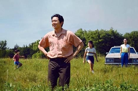 Steven Yeun esittää Arkansasissa maata viljelevän korealaisperheen isää Minari-elokuvassa.
