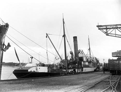 Saksalainen rahtilaiva Faro purkaa hiililastia Länsisataman Saukonrannassa 1920-luvun puolivälissä.