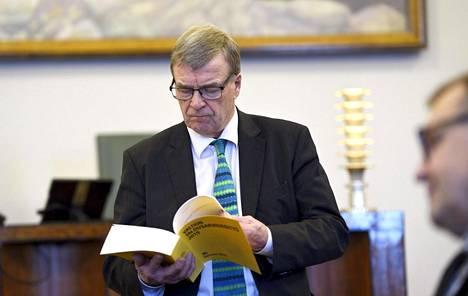 Valtiovarainvaliokunnan puheenjohtaja Timo Kalli (kesk) tiedotustilaisuudessa eduskunnan joululahjarahan käytöstä keskiviikkona.