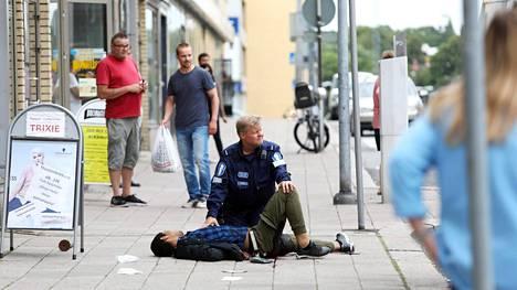 Poliisi pysäytti iskusta epäillyn ampumalla tätä reiteen.