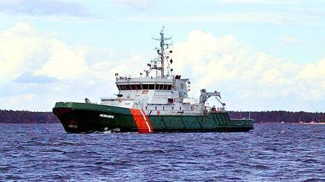 Vartiolaiva Merikarhu osallistui sukellusvene-etsintöihin elokuussa 2001. Taustalla on Emäsalon luotsiasema.
