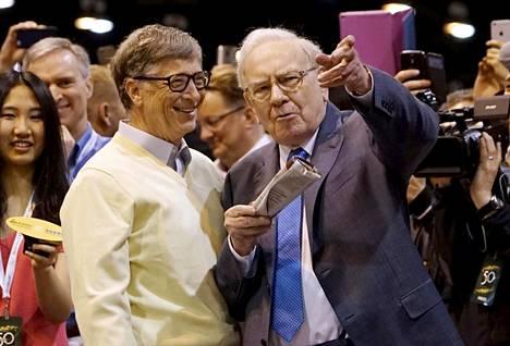 Microsoftin perustaja Bill Gates (vas.) ja suursijoittaja Warren Buffet ovat haastaneet maailman miljardöörit lahjoittamaan pois suurimman osan omaisuudestaan.