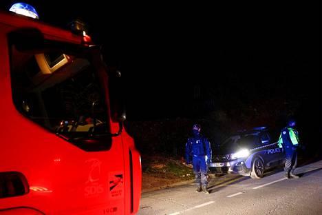 Poliisi ja pelastustyöntekijät saapuivat sunnuntai-iltapäivänä onnettomuuspaikalle. Onnettomuustutkijoiden mukaan helikopteri oli syöksynyt maahan pian lentoonlähdön jälkeen.